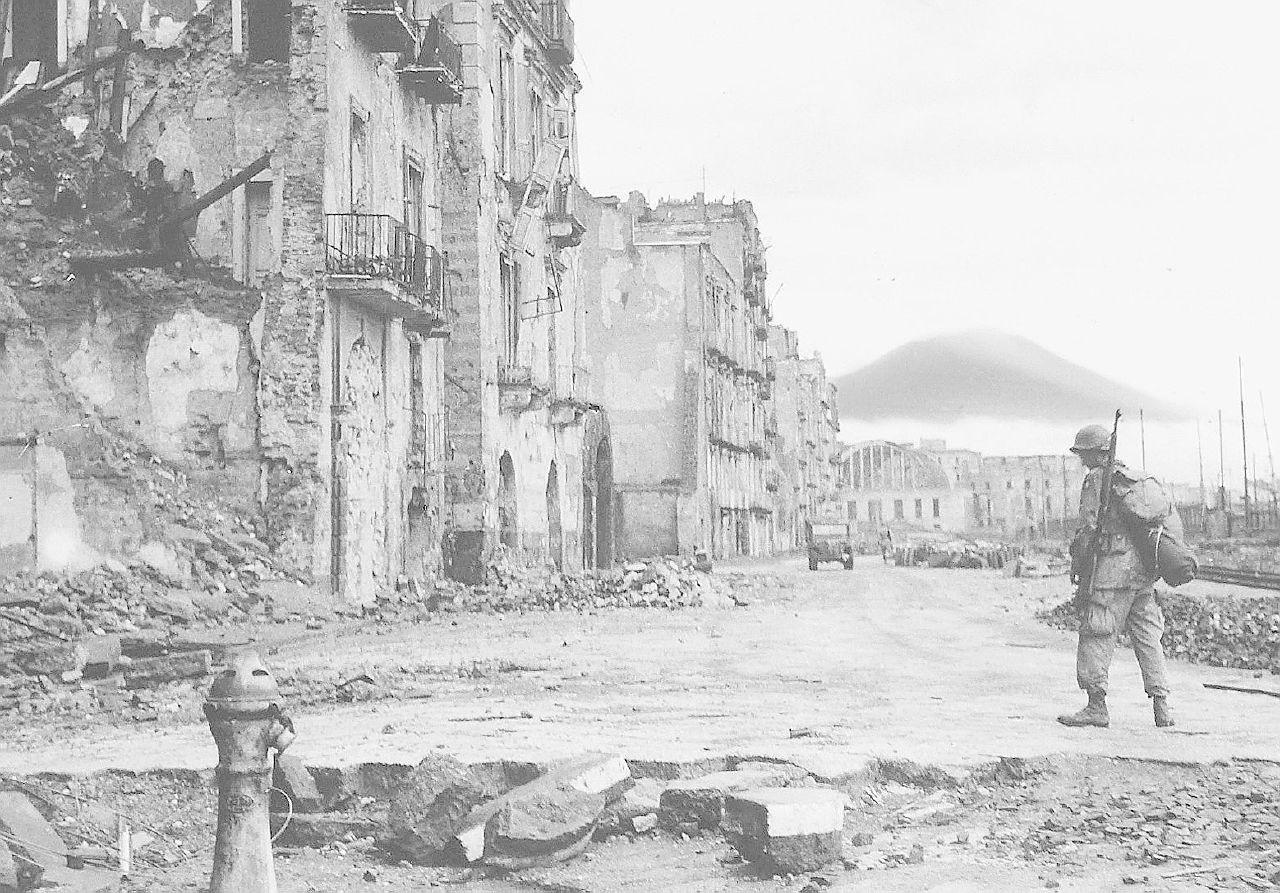 """""""Naples '44"""", il cielo sul Vesuvio era un fuoco grigio polvere"""