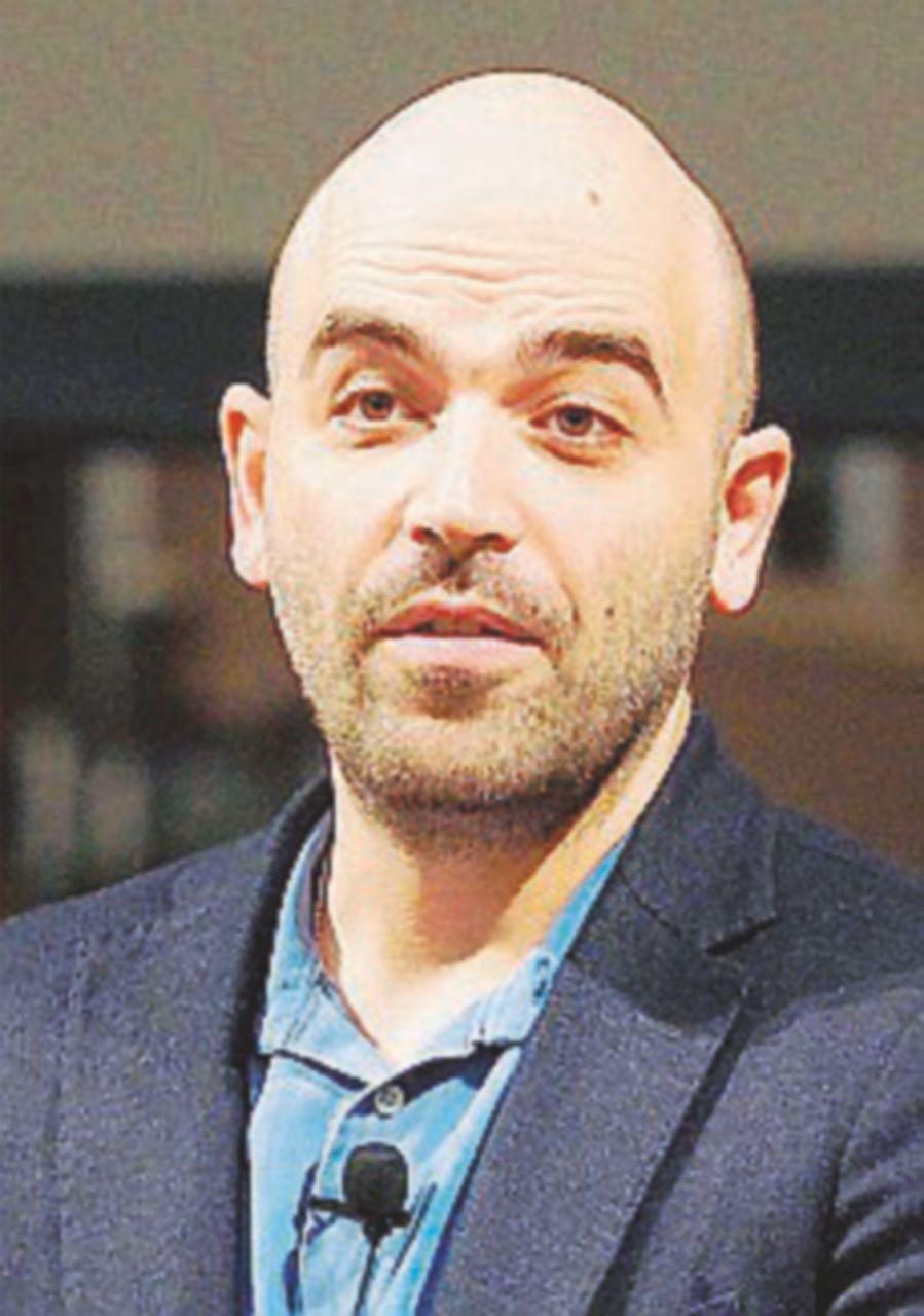 """Saviano all'attacco: """"Deve dimettersi, ha difeso l'arrestato"""""""