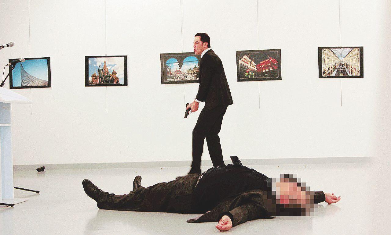 """Poliziotto """"vendica"""" Aleppo: ucciso l'ambasciatore russo"""