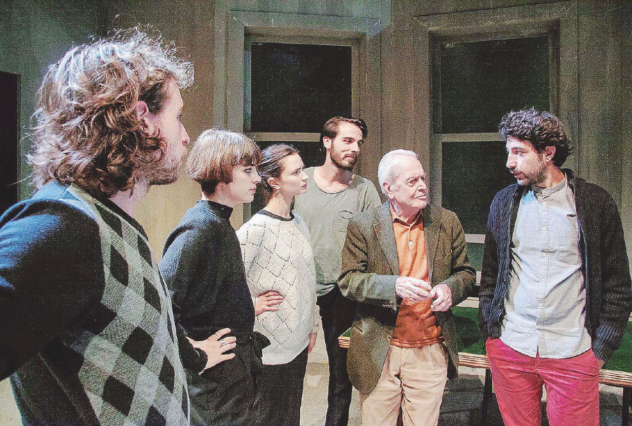 Milano 1972, interno gruppettaro con traliccio sullo sfondo