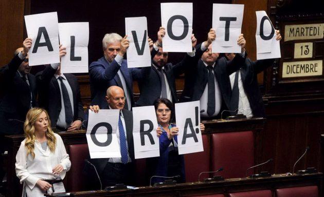 """I deputati di Fdi tenevano ciascuno una lettera per esporre la scritta """"Al voto ora!"""""""