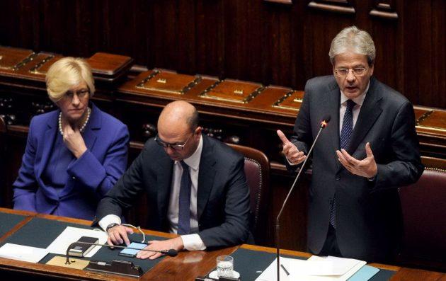Paolo Gentiloni con i ministri alla Difesa e agli Esteri Pinotti e Alfano