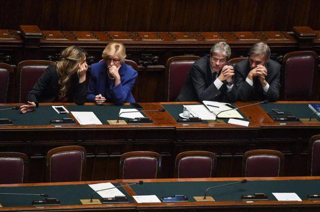 Da sinistra i ministri Madia e Pinotti, il premier Gentiloni e il ministro Delrio