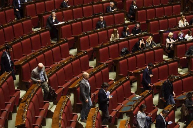 I deputati grillini lasciano l'Aula di Montecitorio dopo l'intervento della capogruppo Giulia Grillo
