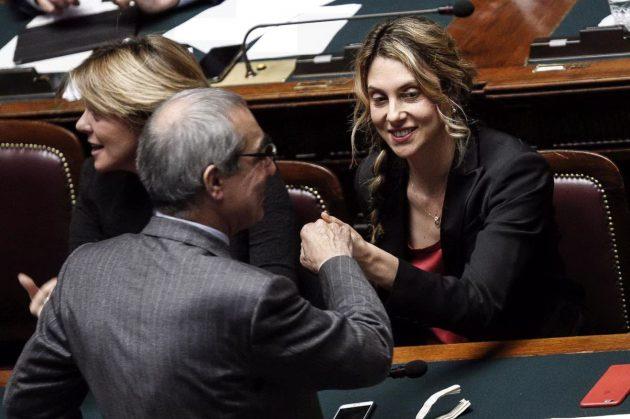 Il capogruppo del Misto Pino Pisicchio saluta il ministro alla Pubblica amministrazione Marianna Madia