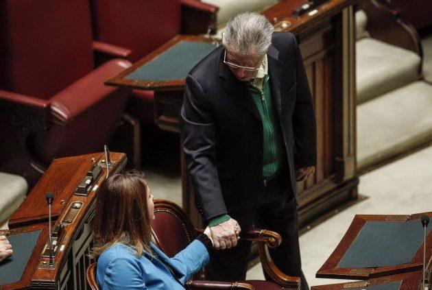 Umberto Bossi saluta la deputata italo-brasiliana Renata Bueno