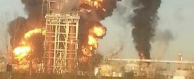 Pavia, incendio nella raffineria Eni di Sannazzaro dè Burgondi. Comune: 'State in casa'. Regione: 'Intossicato un operaio'
