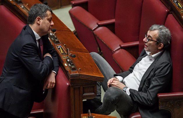 Il capogruppo di Sinistra Italiana Arturo Scotto parla con il vicepresidente della Camera Roberto Giachetti (Pd)