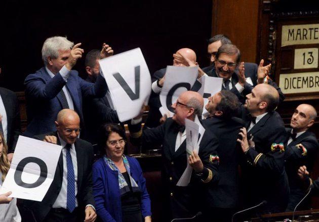 Un'altra dimostrazione durante le dichiarazioni di voto alla Camera, questa volta di Fratelli d'Italia