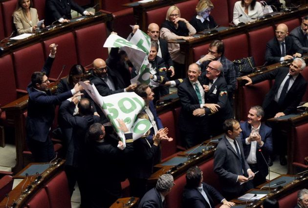 Sono intervenuti subito i commessi, richiamati dalla presidente Laura Boldrini, che dopo qualche resistenza hanno rimosso lo striscione