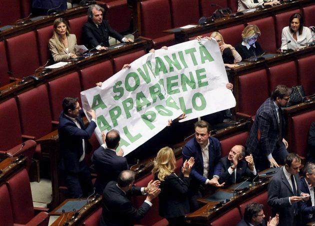 Lo striscione della Lega Nord disteso durante l'intervento del capogruppo Fedriga