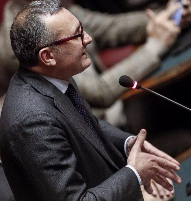 Enrico Zanetti (Ala-Scelta Civica) mentre annuncia il proprio no alla fiducia al governo Gentiloni. Per ora