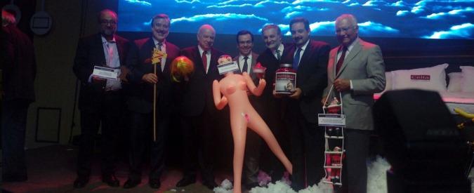 """Cile, regala bambola gonfiabile a ministro: """"Per stimolare economia"""". Sdegno di Michelle Bachelet"""