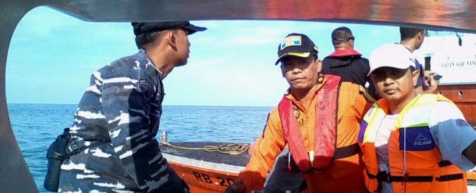 """Indonesia, caduto in mare l'aereo scomparso dai radar: """"Trovati i corpi delle vittime"""""""