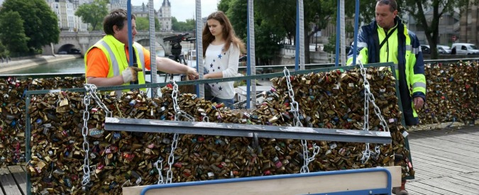 """Parigi, messi all'asta i 'lucchetti dell'amore': """"Il ricavato sarà destinato ai campi profughi della città"""""""