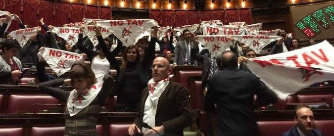 """Tav, sì definitivo della Camera. Costi quantificati in 8,3 miliardi, M5S protesta con striscioni: """"Stupro del territorio"""""""