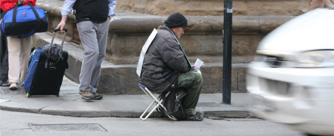 """Seregno, il sindaco: """"Basta dare soldi a chi chiede elemosina. I Rom? Una piaga"""". Opposizione: """"Dà manforte alla Lega"""""""