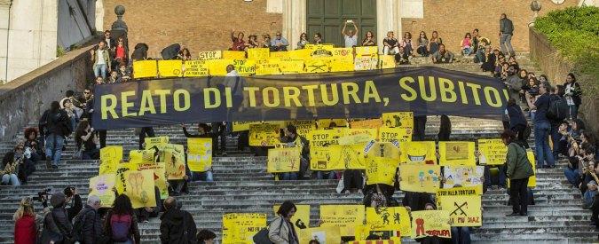 Tortura, la metà degli italiani pensa che in Italia non esista. Ma 6 su 10 vogliono l'introduzione del reato