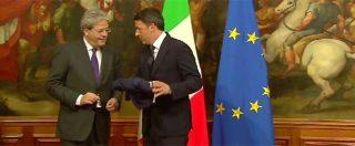 Governo, Renzi consegna la campanella a Gentiloni e gli regala la felpa Amatrice