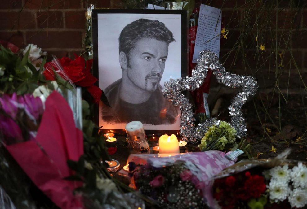 Fiori e candele davanti alla casa di George Michael