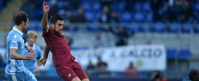 (161205) -- ROME, Dec. 5, 2016 (Xinhua) -- Roma's Kevin Strootman(C) scores during a Italian Serie A football match between Lazio and Roma at the Olympic stadium in Rome, Italy, Dec. 4, 2016. Roma won 2-0. (Xinhua/Alberto Lingria)