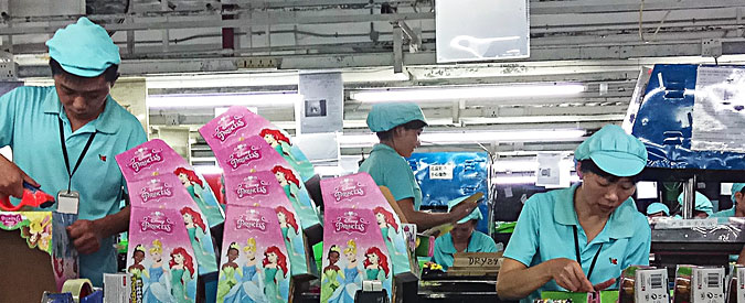 Cina, report fabbriche di giocattoli: paghe da fame, sovrasfruttamento, punizioni e condizioni pericolose