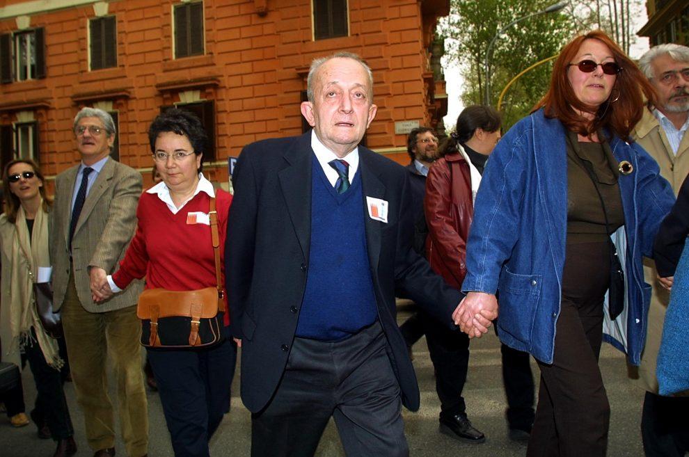 MARCO MERLINI / LAPRESSE13-04-2002 ROMAPOLITICAGIROTONDO AL MINISTERO DELL'ISTRUZIONENELLA FOTO L'EX MINISTRO DELL'ISTRUZIONE TULLIO DE MAURO