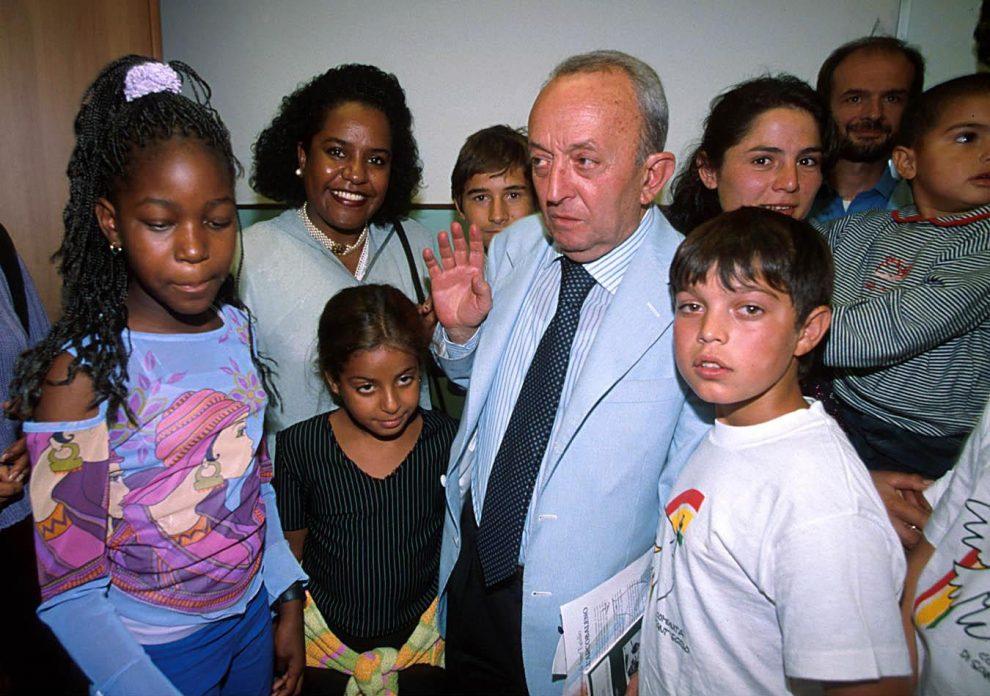 MARCO MERLINI / LAPRESSE13-09-2000 ROMAPRIMO GIORNO DI SCUOLANELLA FOTO: IL MINISTRO DELA REPUBBLICA ISTRUZIONE TULLIO DE MAURO IN VISITA ALLA SCUOLA PER IMMIGRATI
