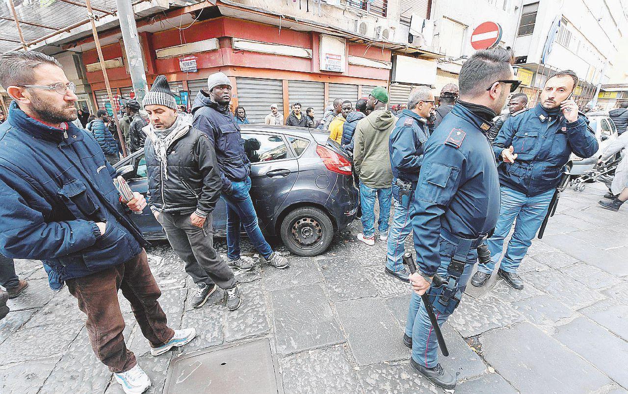 Napoli, ambulanti contro il pizzo. Clan feriscono una bimba