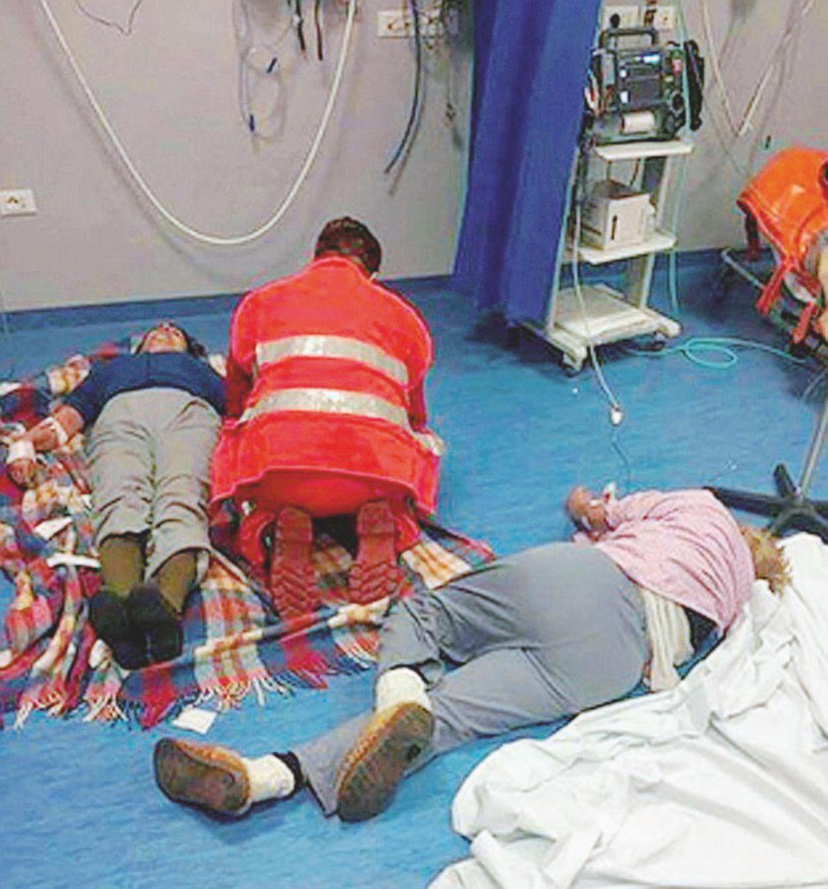 Campania, sanità a pezzi. Pazienti curati per terra
