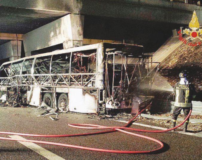 Brucia il bus dei ragazzi ungheresi: sedici morti, gli altri li salva il prof