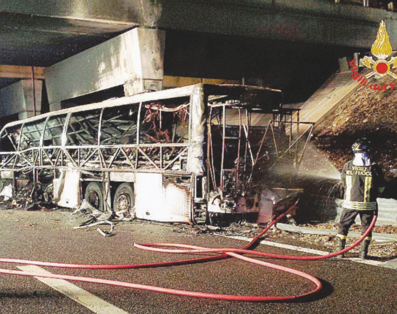 Pullman prende fuoco dopo incidente: almeno 16 morti