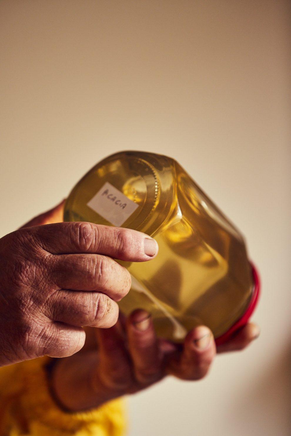 Riconoscere un miele di qualità. I mieli si producono in primavera e in estate; quasi tutti cristallizzano rapidamente. A Natale i miele di eucalipto, tiglio, girasole, agrumi, sulla asfodelo, rododendro, erba medica e i millefiori devono essere cristallizzati. Se non lo sono vuol dire che sono stati scaldati e hanno perso tutte le loro proprietà e i loro profumi. Solo acacia, melata e castagno rimangono liquidi a lungo. Se a Natale sono cristallizzati vuol dire che c'è dentro dell'altro miele.