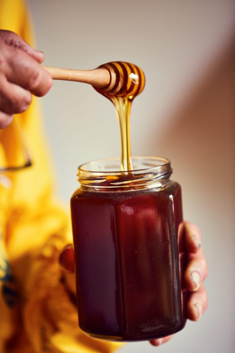 Riconoscere la qualità del miele    Per i mieli liquidi: girate il vasetto. Più la bolla d'aria sale lentamente più è buono il miele Riconoscere il miele fermentato: se la capsula del vaso è concava e quando aprite il vaso sentite un sibilo di aria e poi il miele fa un po' di schiuma vuol dire che quel miele sta fermentando. È raro, ma in questo caso fatevelo cambiare dal produttore.
