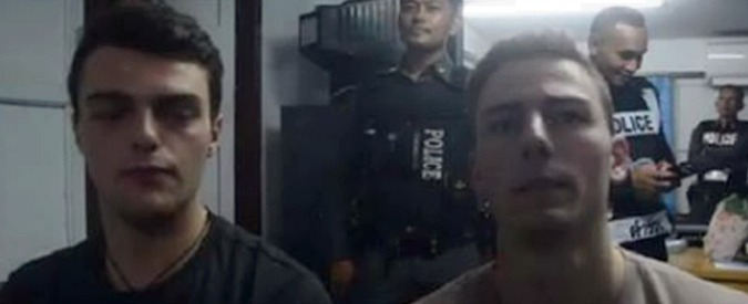 Thailandia, due turisti italiani arrestati per aver strappato delle bandiere. Costretti a scusarsi in un video