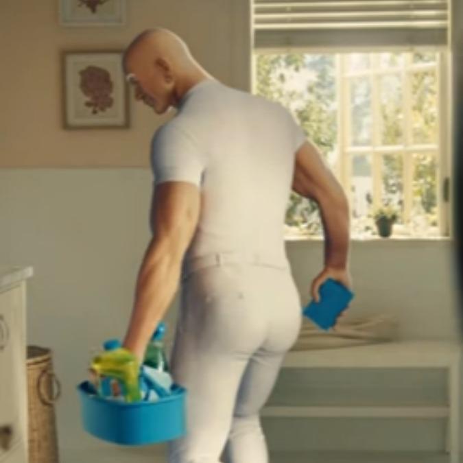 """Mastro Lindo diventa sexy: così lo spot del detergente per la casa invita  ad """"amare un uomo che pulisce"""" (VIDEO) - Il Fatto Quotidiano"""