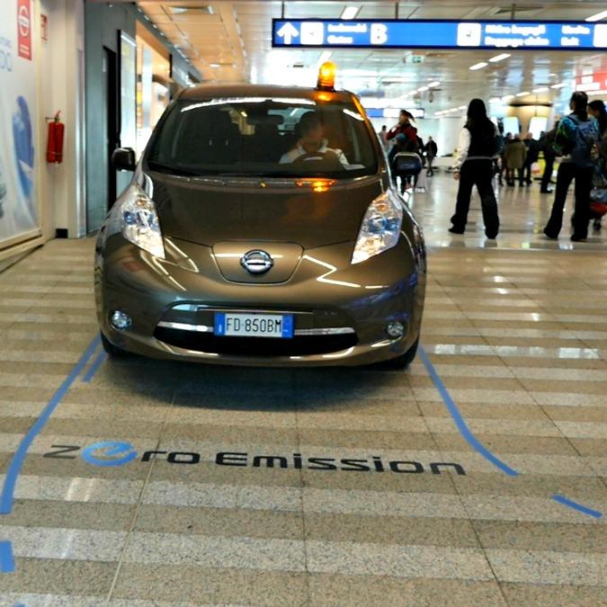 Cosa ci fa questa Nissan Leaf dentro l'aeroporto di Fiumicino?