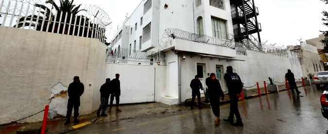 """Libia, caos a Tripoli. Sarraj all'esercito: """"Ristabilire l'ordine"""". Ma l'Ue ci crede: """"Replicare intesa italiana su migranti"""""""