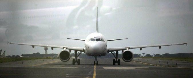 Alitalia ancora in crisi. E i costi ricadono (anche) sui viaggiatori