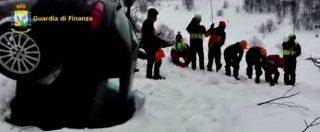 Hotel Rigopiano, soccorritori cercano dispersi anche nel parcheggio tra le auto conficcate nella neve