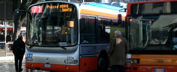 Bari, sesso sul bus del servizio pubblico: autista licenziato e poi reintegrato