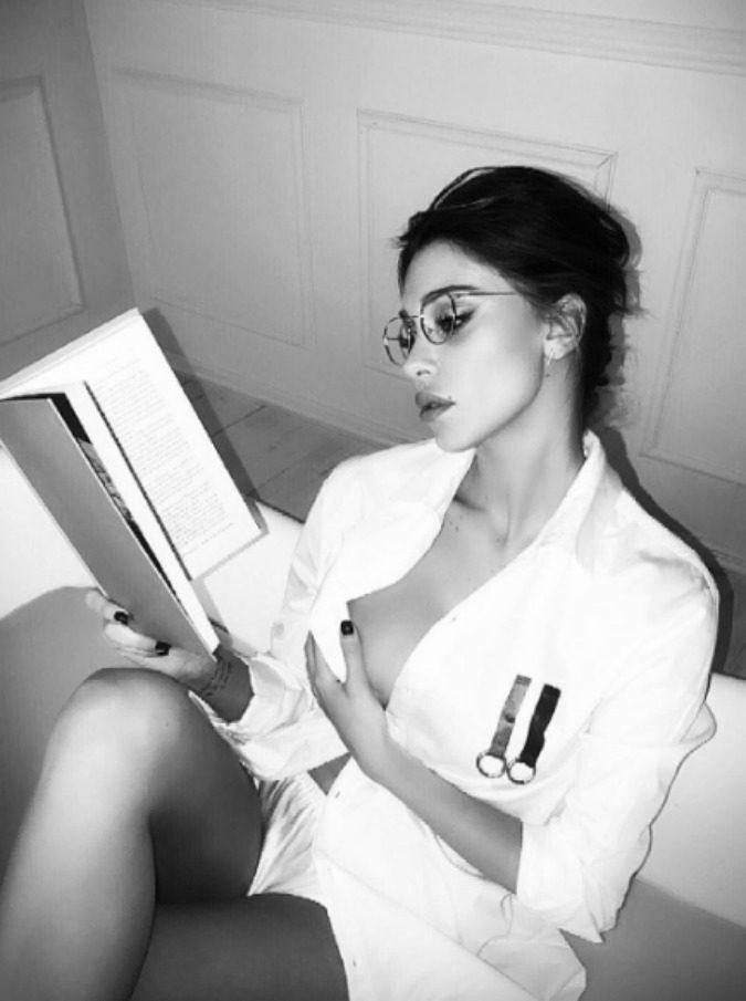 """Belen Rodriguez per il Daily Mail è """"una modella di Playboy che bacia il figlio con la lingua"""". La polemica sul sito britannico"""