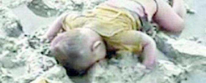 """Birmania, il bimbo Rohingya morto """"come Alan"""" diventa simbolo del genocidio nel Paese di Aung San Suu Kyi"""