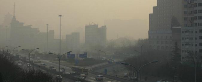 Cina, agenti anti-smog a Pechino: nel mirino anche i barbecue