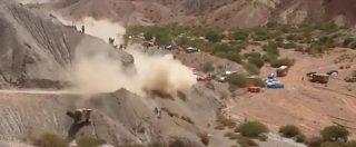 Dakar 2017, l'incredibile incidente di Carlos Sainz che ha rischiato di investire due spettatori