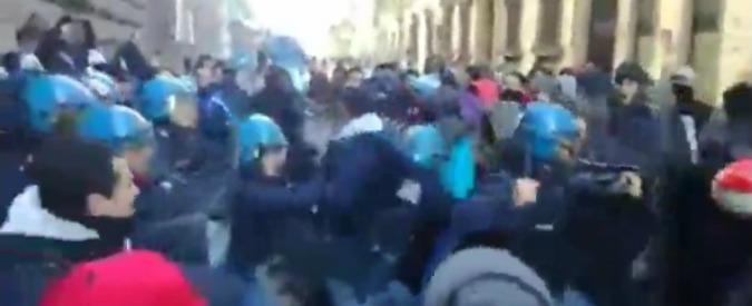 Capannone bruciato a Sesto Fiorentino, migranti tentano di entrare in Prefettura: cariche della polizia