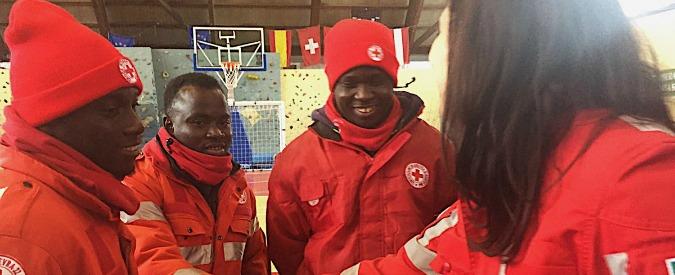 Rigopiano, richiedenti asilo si offrono per soccorsi. E Salvini al caldo con wifi