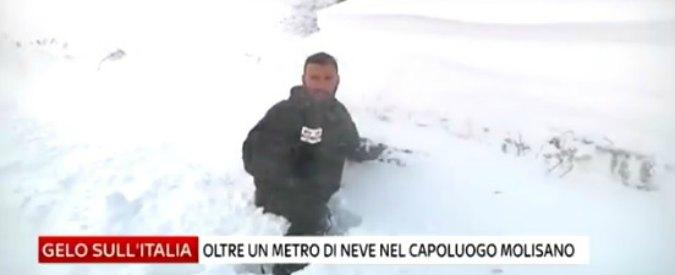 Maltempo, l'inviato di Sky sprofonda nella neve in diretta. Ma continua il collegamento