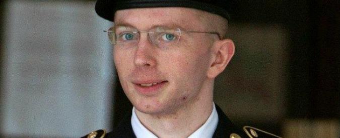 """Wikileaks, Obama commuta pena dell'ex soldato Bradley Manning. Assange: """"Non torno in Usa, doveva graziarlo"""""""