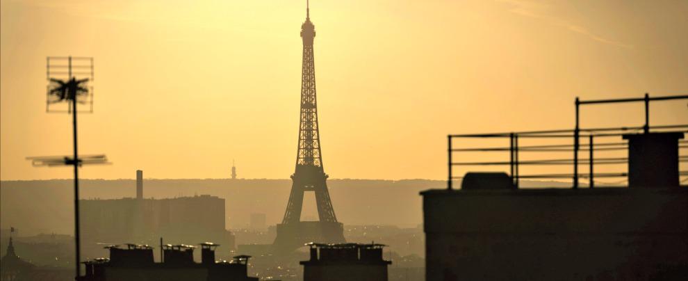 Inquinamento, a Parigi scattano i bollini antismog per le auto. Peccato che quasi nessuno li abbia